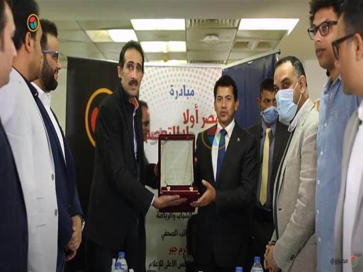 مجدي الجلاد يهدي أشرف صبحي وزير الرياضة درع مؤسسة أونا للإعلام