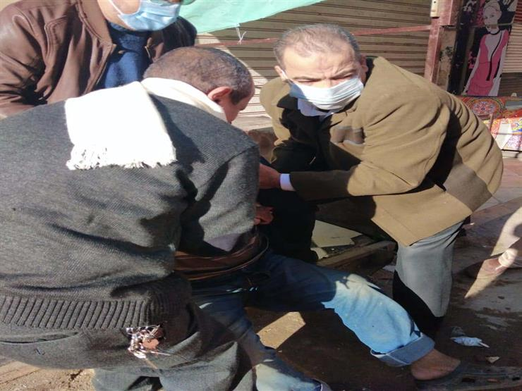 """أولاده تركوه للمجهول.. إنقاذ مشرد من """"الطقس السيئ"""" في كفر الشيخ"""
