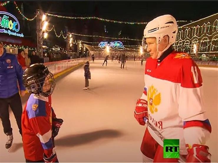 بوتين يلعب هوكي الجليد مع طفل في الساحة الحمراء- فيديو