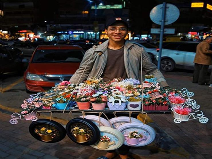 """""""بياع السعادة"""".. إبراهيم يبيع الورد على """"الطريقة الأوروبية"""""""