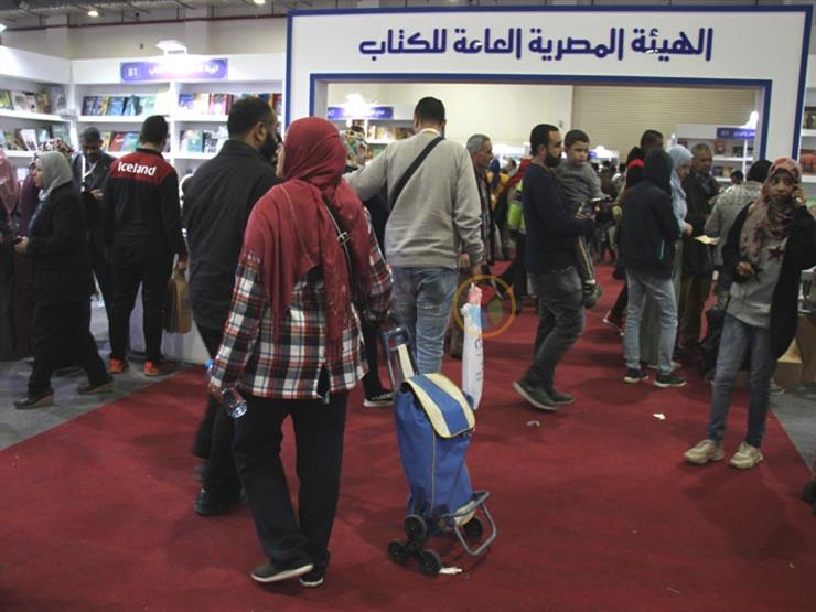 """""""لزوم الشيلة"""".. إيناس بـ""""عربية السوق"""" لشراء الكتب من المعرض"""