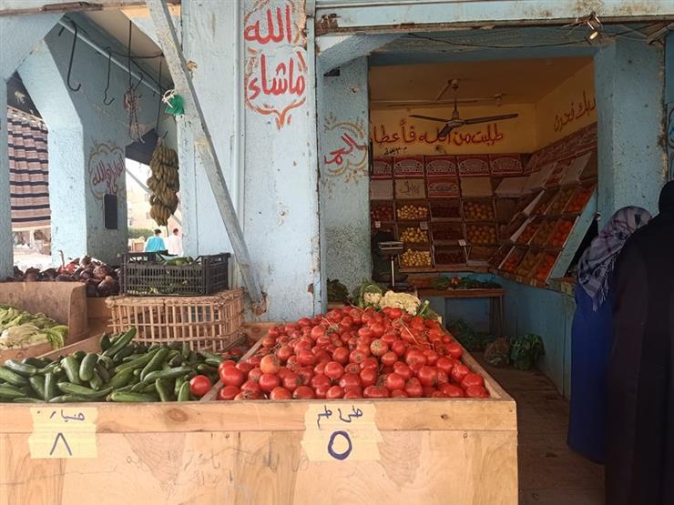 تراجع الطماطم.. أسعار الخضر والفاكهة في سوق العبور اليوم
