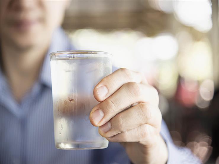 هذا ما يفعله شرب الماء البارد على الإفطار بجسمك