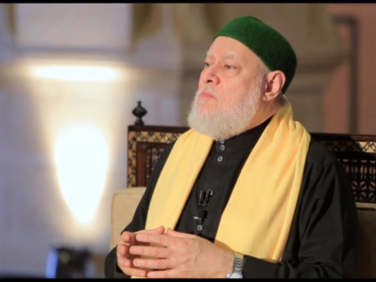 اختلف أذان الفجر من مسجد لآخر.. فعلى أي أذان نصوم؟.. علي جمعة يجيب
