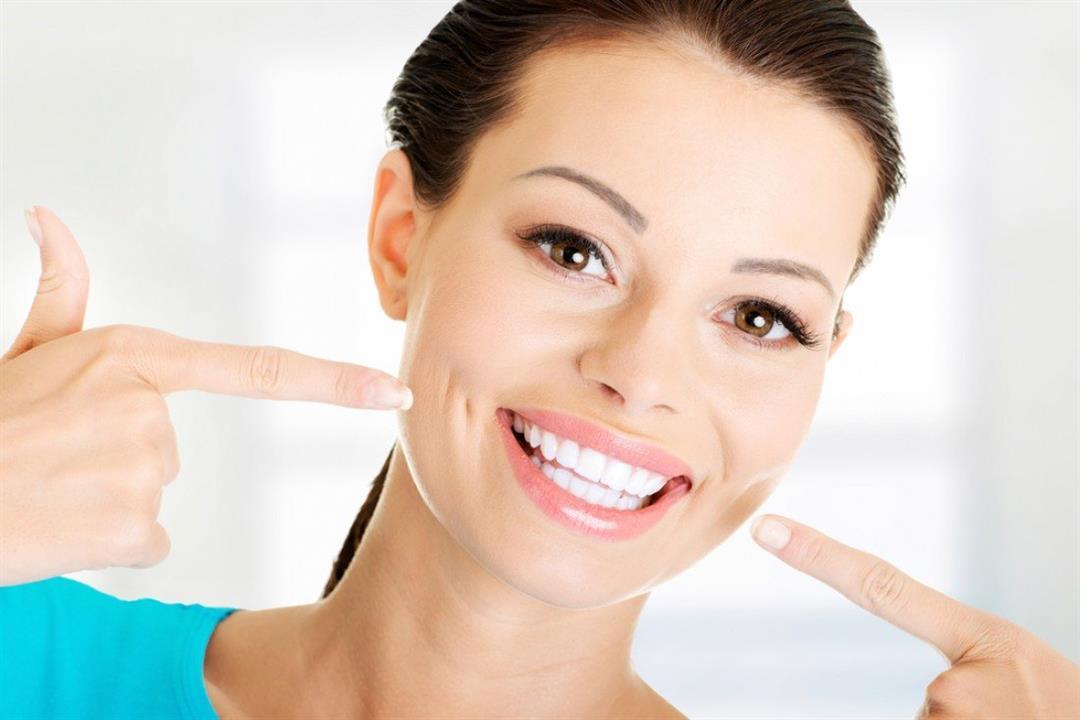 وصفات بسيطة قد تساعد على تبييض الأسنان