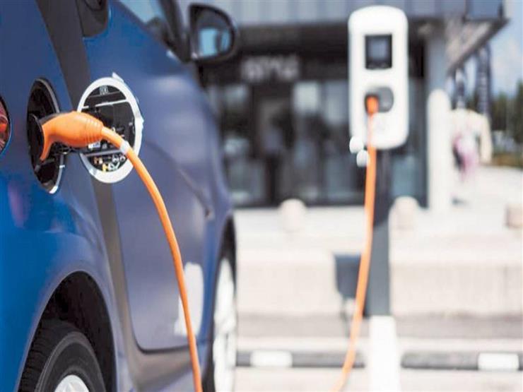 """""""عربية تستحمل وموفرة"""".. وزير قطاع الأعمال يكشف مواصفات السيارة الكهربائية"""