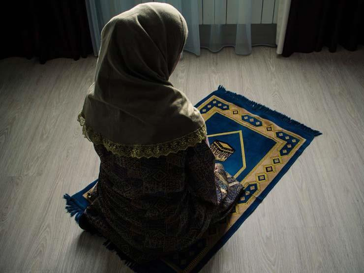 هل يستوي أجر صلاة المرأة الجمعة في المنزل بأجرها في المسجد؟.. الإفتاء تجيب