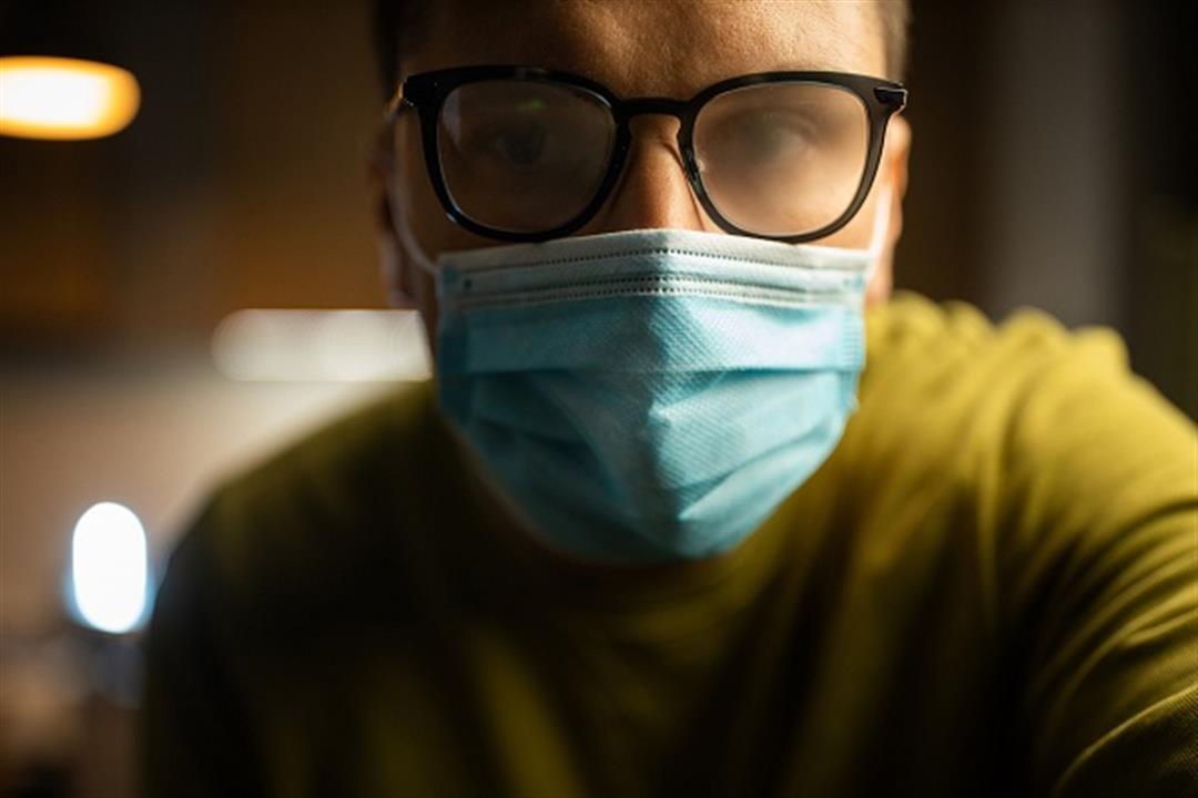 كيف تمنع البخار من التراكم على عدسات نظارتك عند ارتداء الكمامة؟