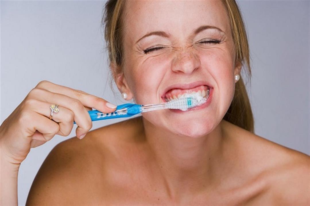 دراسة: نزيف اللثة أثناء تنظيف الأسنان بالفرشاة قد يهدد بأمراض القلب