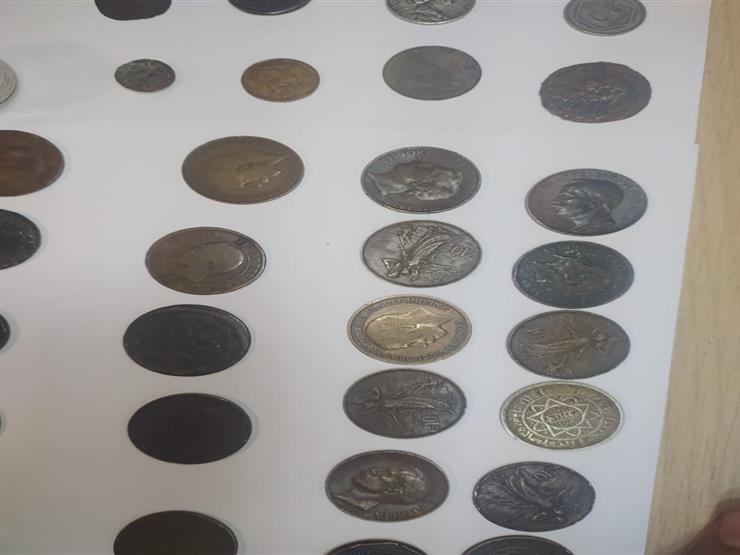 جمارك مطار القاهرة تحبط محاولة تهريب عدد من العملات الأثرية والتاريخية