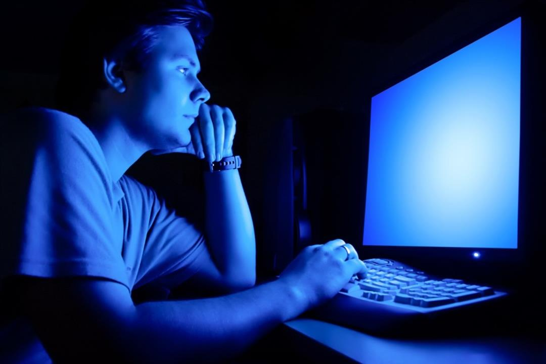 دراسة تحذر من ضوء الكومبيوتر الأزرق: يسبب الشيخوخة المبكرة