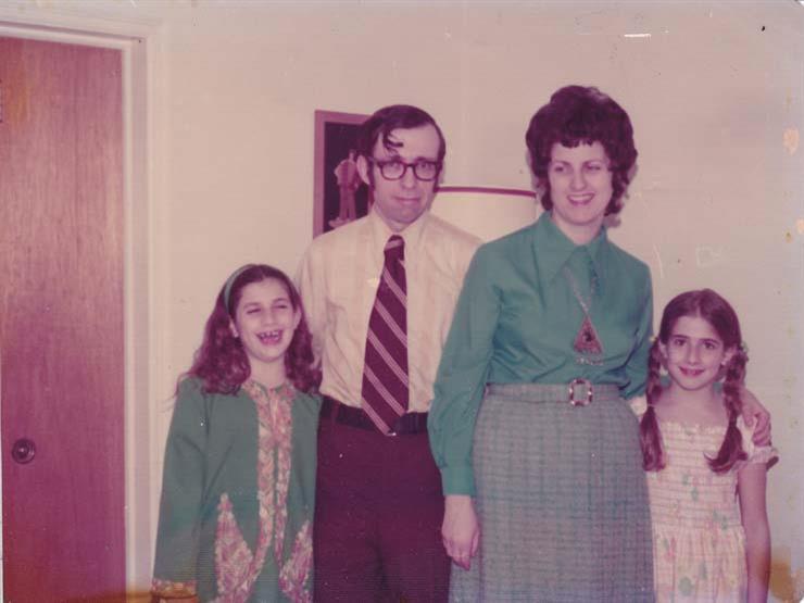 30 عاما من الاختباء.. أمريكية توثق حياة عائلتها بفيلم بعد انتحار الأم