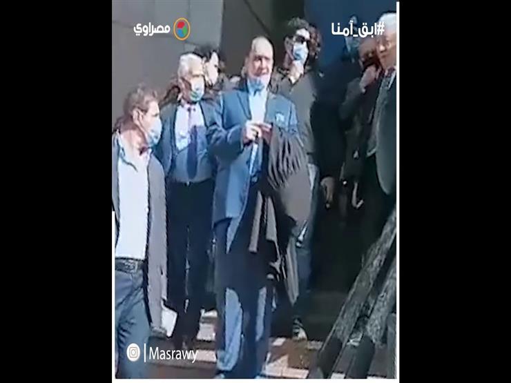 """لحظة خروج مرتضى منصور من مجلس الدولة.. """"ضحك ومفاوضات"""""""