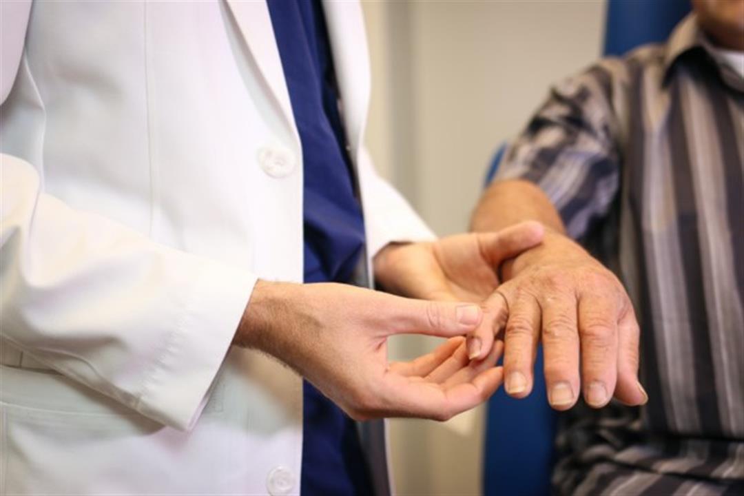 علامة تظهر على الأظافر تكشف ارتفاع الكوليسترول بالدم.. تعرف عليها