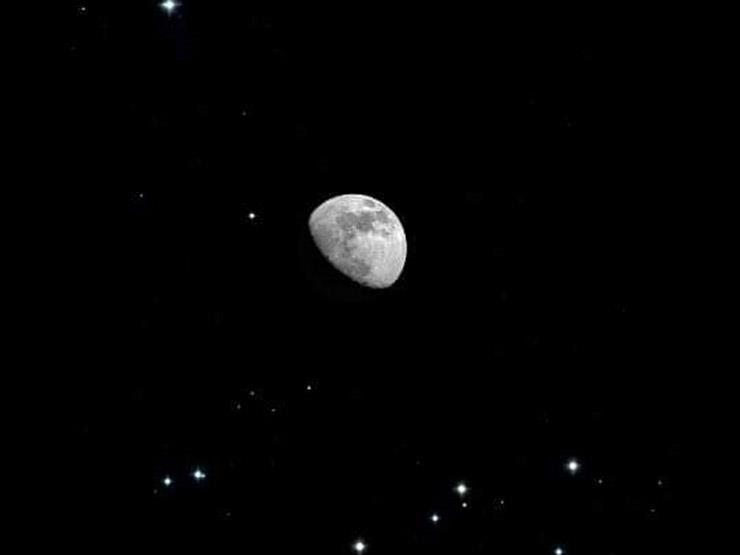 """""""قمر بين عنقودين"""".. تفاصيل ظاهرة فلكية تشاهد في سماء الوطن العربي الليلة"""