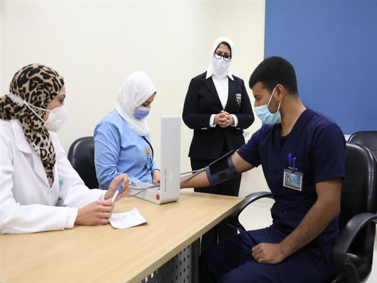 """رئيس """"مكافحة كورونا"""": الآثار الجانبية للقاح بسيطة ونتابع الأطقم الطبية بدقة"""