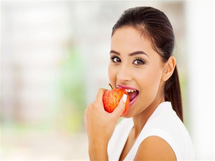 ماذا يحدث لجسمك عند تناول تفاحة واحدة يوميا؟