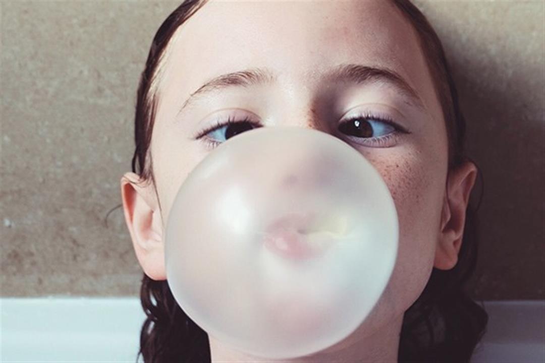 ماذا يحدث لطفلِك عند ابتلاع كمية كبيرة من العلكة؟