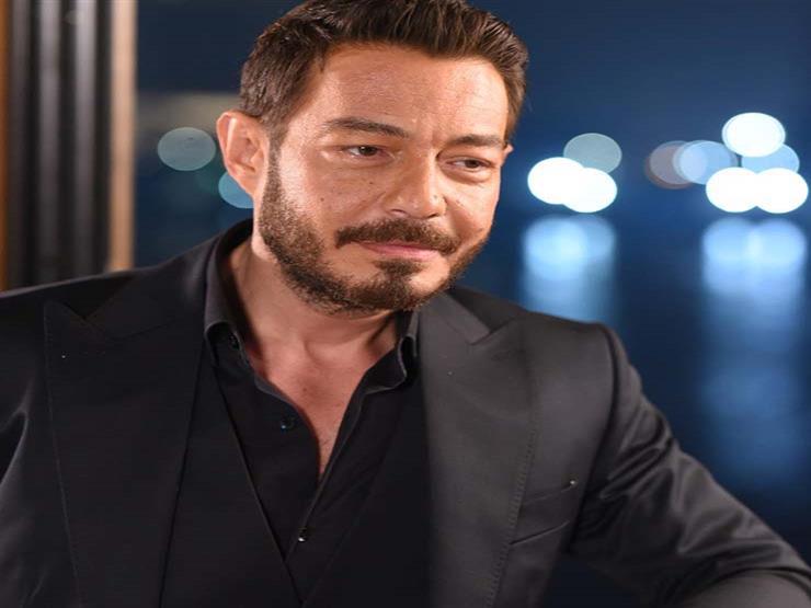 """أحمد زاهر عن صورته مع """"ليلى وملك"""": """"شقيقاتي"""""""