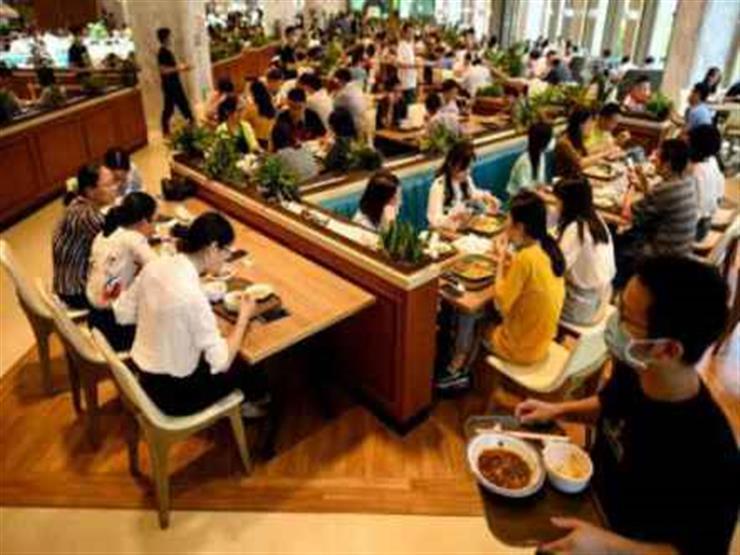 جدل في الصين بسبب مطعم يوظف نُدُلا عراة الصدر