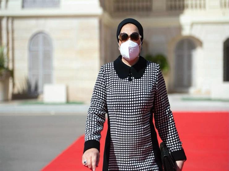 انتصار السيسي تشارك في جنازة جيهان السادات