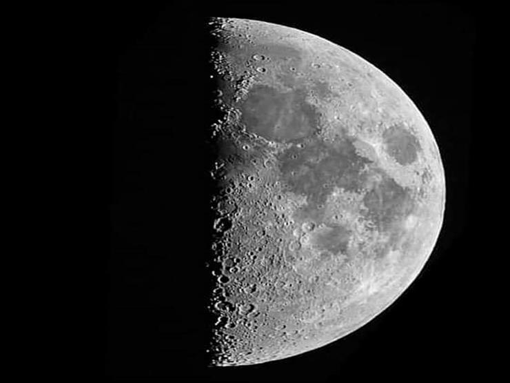 نصف قمر مضيئ والآخر مظلم.. تفاصيل ظاهرة فلكية تشهدها سماء مصر الليلة