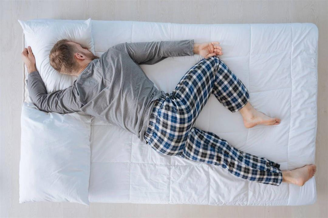 طبيب يوضح تأثير أوضاع النوم الشائعة على صحة الرئة والقلب