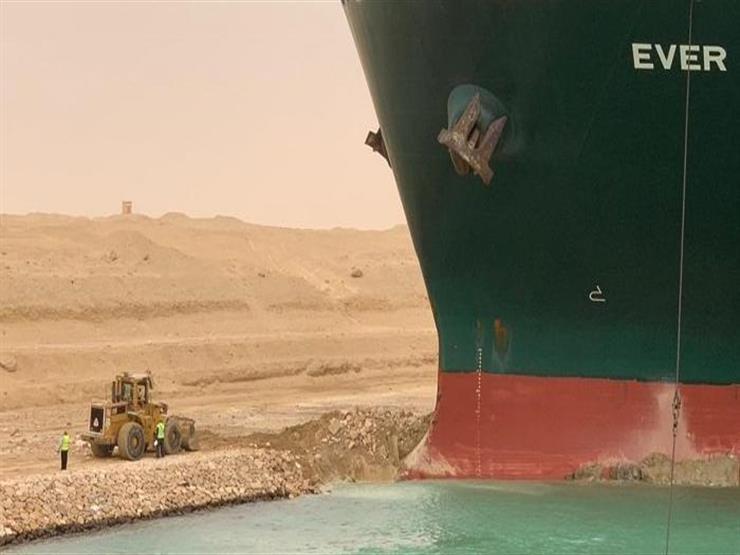 """تعاملنا مع حالات مشابهة.. رئيس """"قناة السويس"""" يكشف آخر مستجدات تعويم السفينة الجانحة"""