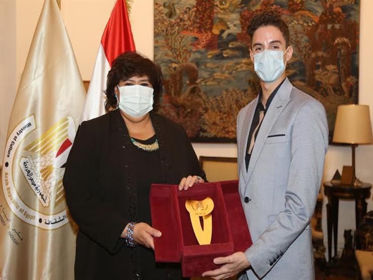 وزيرة الثقافة تكرم لوكا عبدالنور أول مصري يشارك في مسابقة للباليه بسويسرا