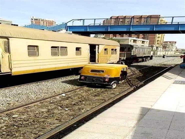 """الداخلية تكشف تفاصيل صورة سير """"توك توك"""" على قضبان القطارات في الشرقية"""