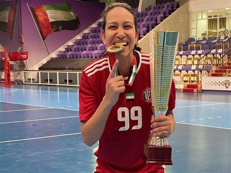 لاعبة كرة اليد شيماء كشكوش تحصل على كأس الدوري لنادي الجزيرة الإماراتي