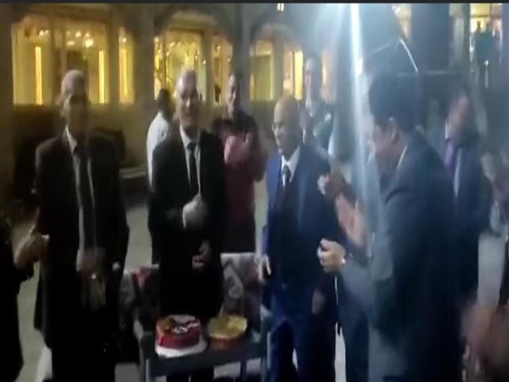 موظفون يحتفلون بعيد ميلاد رئيس مصلحة الجمارك في الإسكندرية (فيديو)