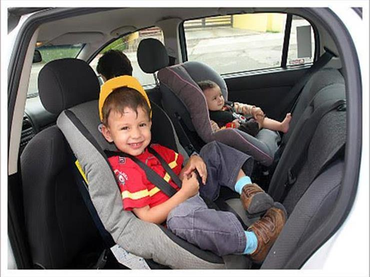 لهذا السبب.. خبراء يحذرون من فك مساند الرأس بالسيارة عند تركيب مقعد الطفل
