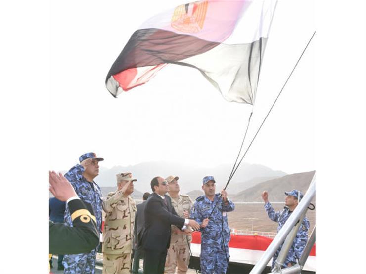 السيسي يرفع علم مصر على الكراكة مهاب مميش