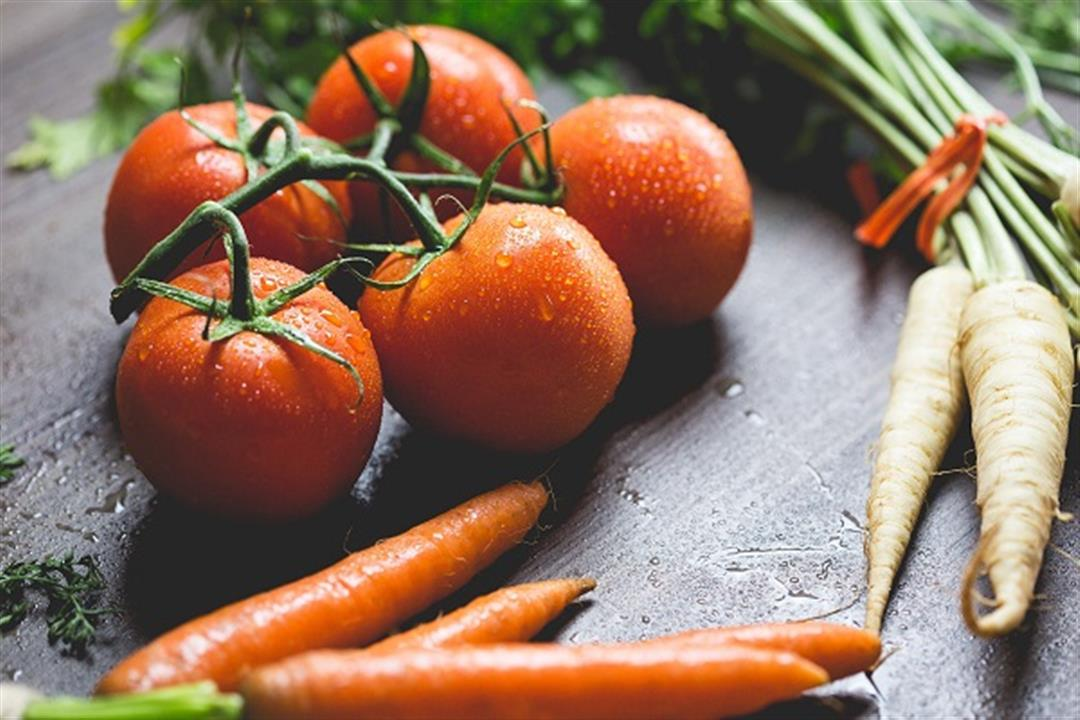 رغم فوائدهما.. دراسات تحذر المدخنين من تناول الجزر والطماطم