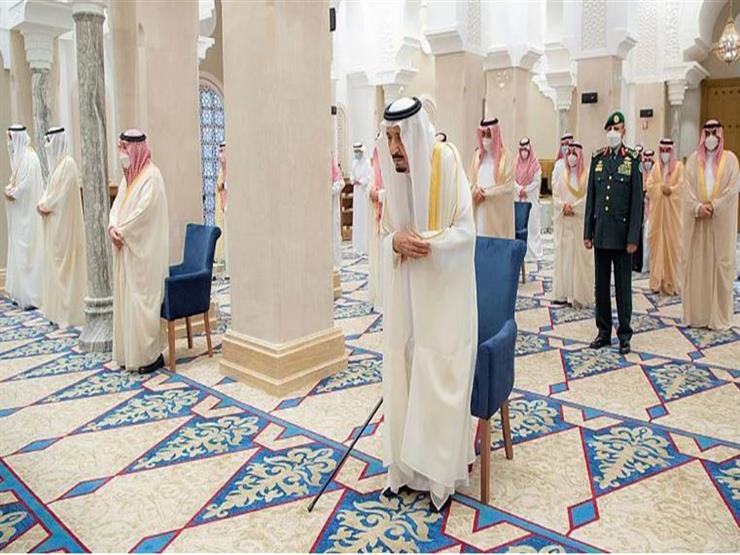 الملك سلمان يؤدي صلاة عيد الفطر في نيوم (فيديو)