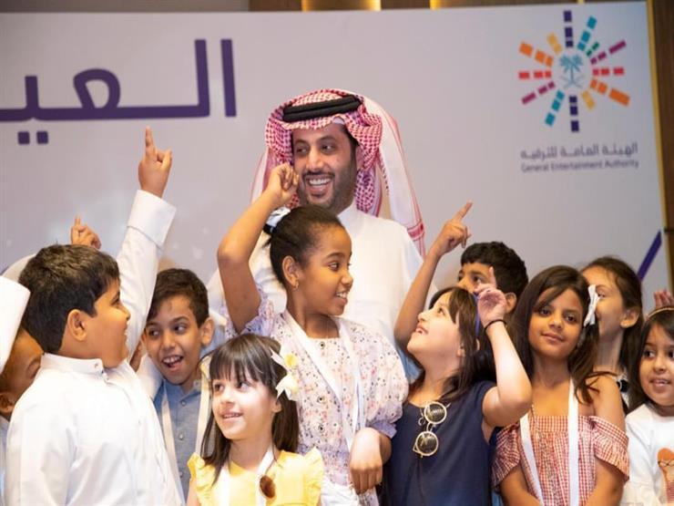 تركي آل الشيخ يزور أبناء الشهداء والجمعيات الخيرية بالرياض