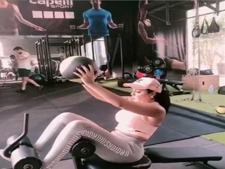 """بالفيديو- رانيا يوسف في الجيم: """"انزلوا يلا اعملوا رياضة"""""""