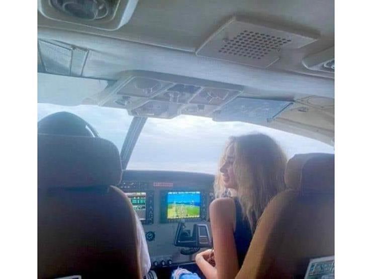بعد التواصل مع أحمد فهمي.. بيان للطيران المدني بشأن صورة هنا الزاهد في الطائرة