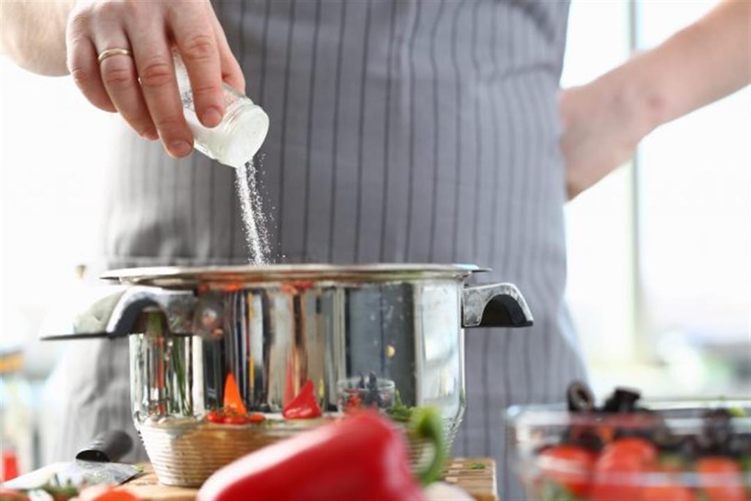 الإفراط في الملح قد يعرّضك للإصابة بكورونا.. إليك الكمية الآمنة