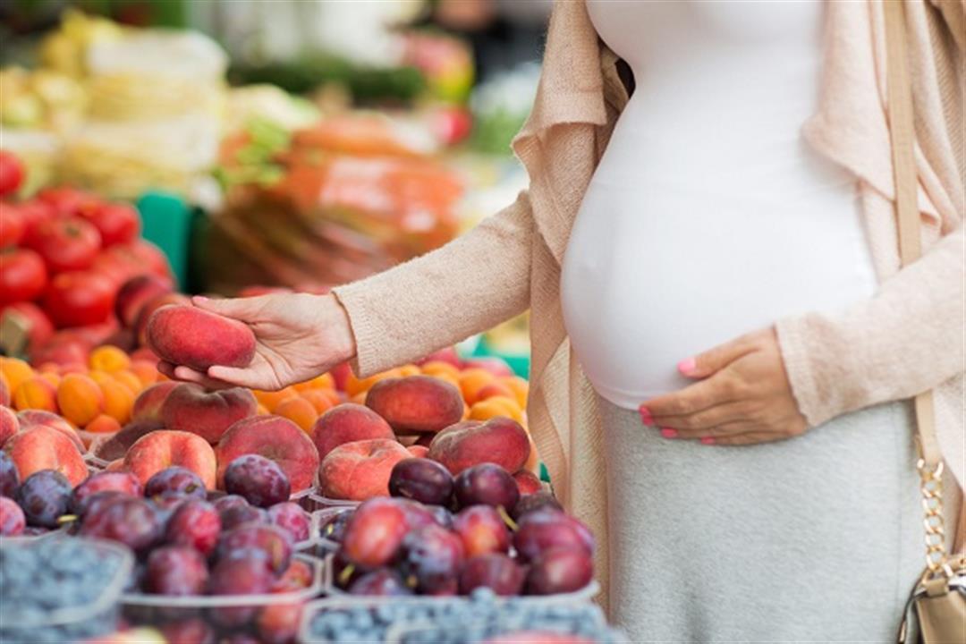 الخوخ الأسود للحامل.. مفيد أم مضر؟
