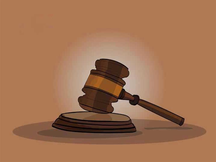 إحالة ضابط مزيف متهم بحيازة سلاح ناري ومخدرات للمحاكمة