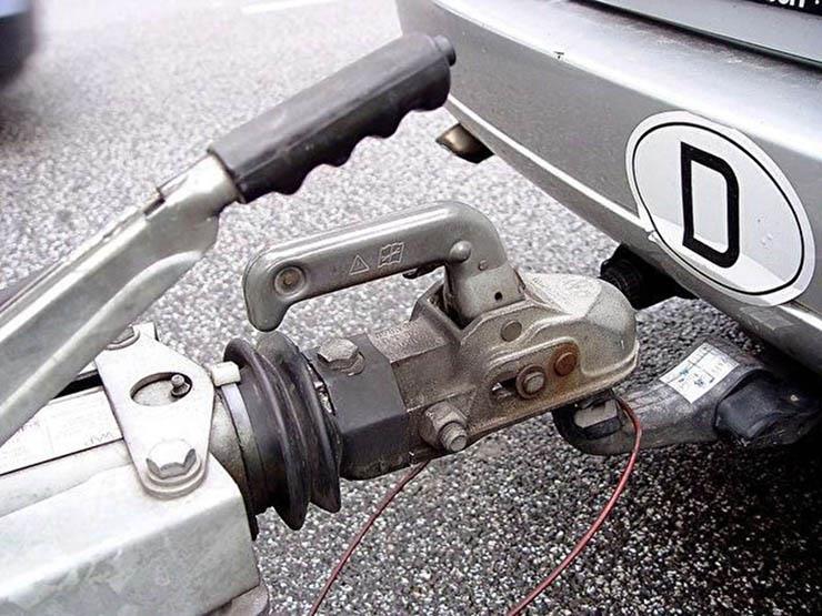 مؤسسة ألمانية تحذر من نقاط مهمة عند قيادة السيارة مع جر مقطورة