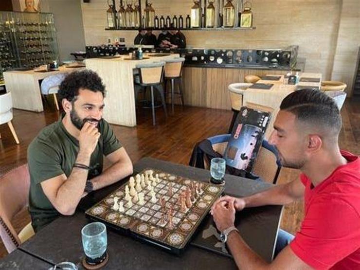"""بالفيديو.. محمد صلاح يسخر من كوكا خلال لعبهما """"الشطرنج"""""""
