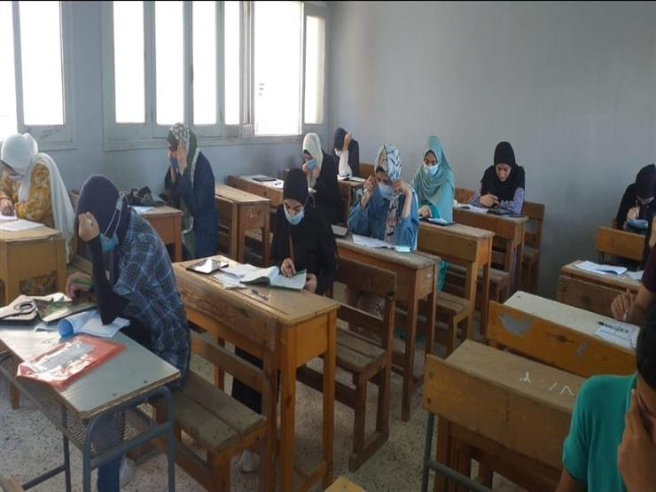 امتحانات الثانوية العامة.. طلاب الأدبي يسلمون كراسات الإجابة للمواد غير المضافة للمجموع