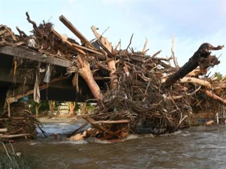 """لحظات صعبة في """"فيضانات ألمانيا"""".. هليكوبتر تنقذ سكانًا من أعلى سطح منزلهم"""