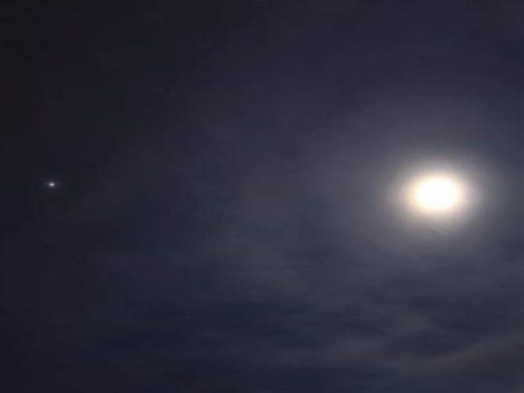 الليلة.. القمر المتناقص يقترن بالمشتري في ظاهرة سماوية تشاهد بالعين المجردة