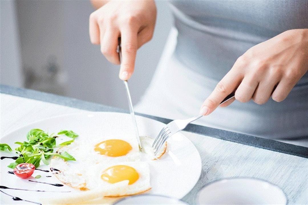 ماذا يحدث للجسم عند تناول البيض يوميًا في وجبة الإفطار؟