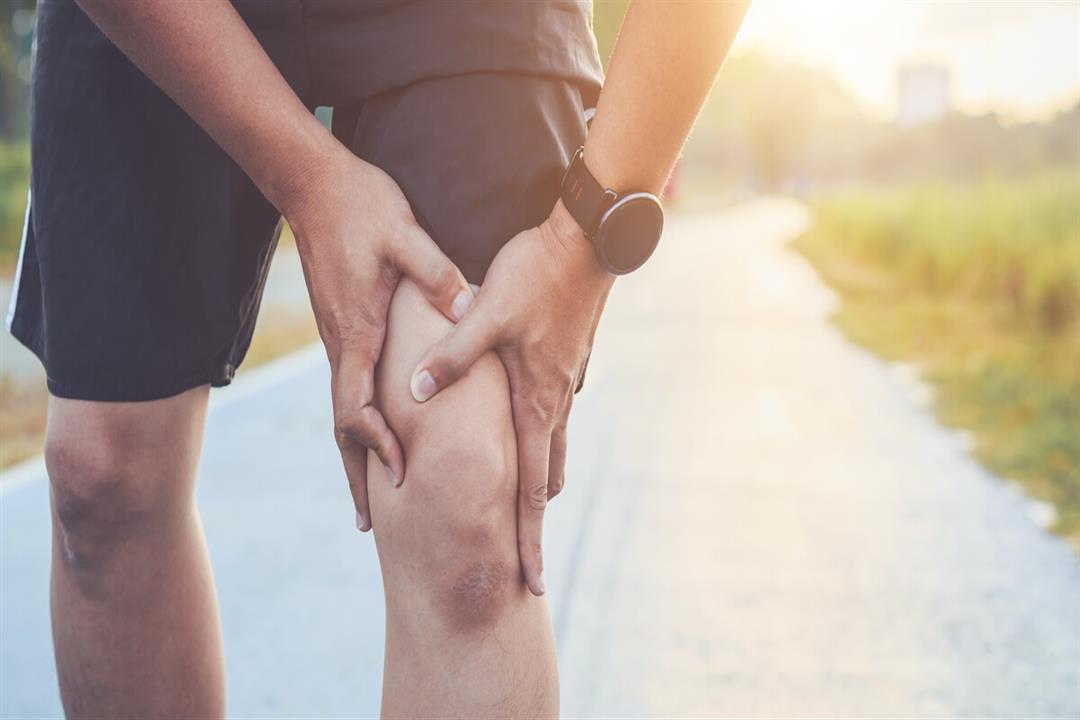 9 أسباب مختلفة لألم الركبة المفاجئ.. متى يشير لمشكلة خطيرة؟