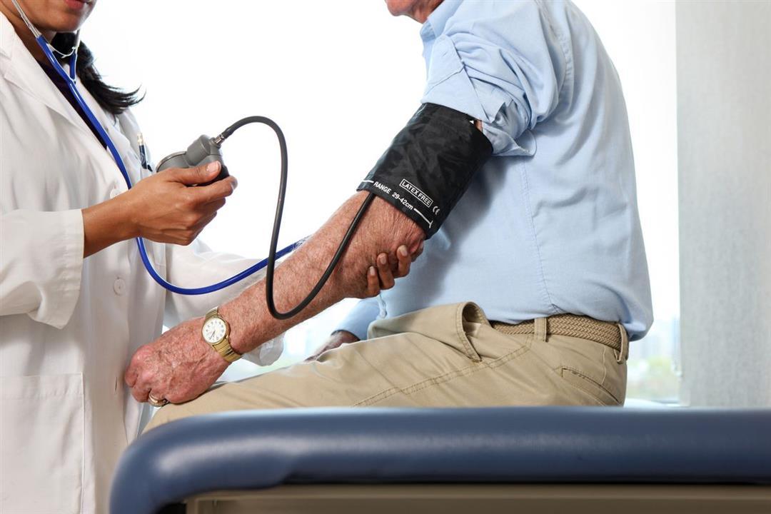 ما هي وضعية الجسم الصحيحة عند قياس ضغط الدم؟.. طبيب يوضح